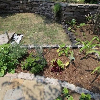 石やレンガで花壇をつくる